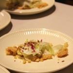 Crumble di cioccolato bianco con insalata di finocchio e zucchero a velo e petali di rosa disidratati_fotografie Cristina Principale