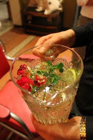 Acqua con fiori di sambuco e boccioli di rosa_fotografie Cristina Principale