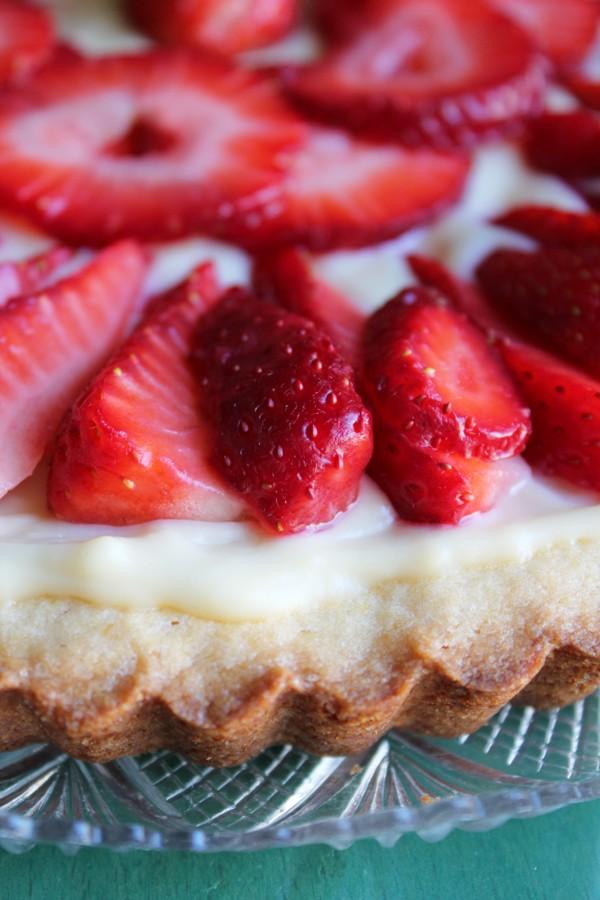 Crostata con crema bianca e fragole.